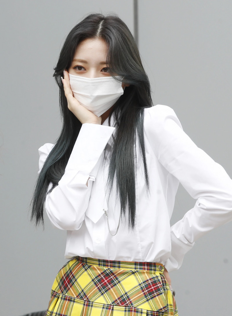 210422 ITZY Yuna on their way to film Knowing Brothers documents 6