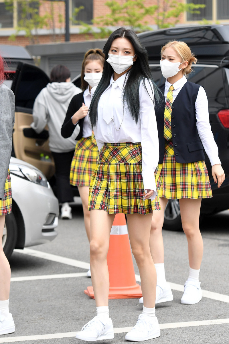 210422 ITZY Yuna on their way to film Knowing Brothers documents 19