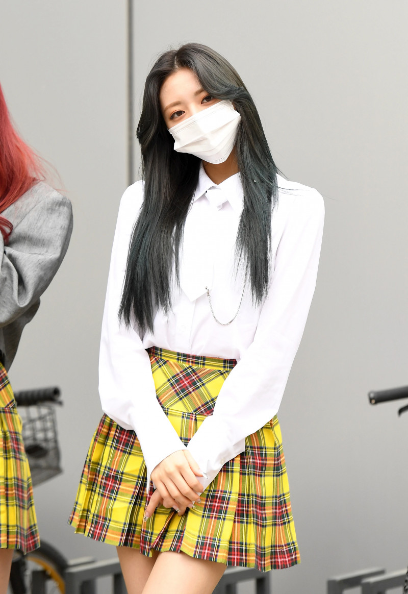 210422 ITZY Yuna on their way to film Knowing Brothers documents 16