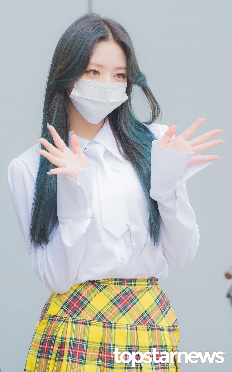 210422 ITZY Yuna on the way to film Knowing Brothers documents 10