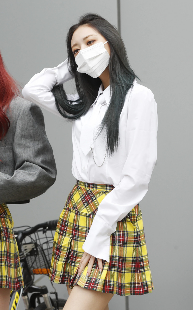210422 ITZY Yuna on their way to film Knowing Brothers documents 5