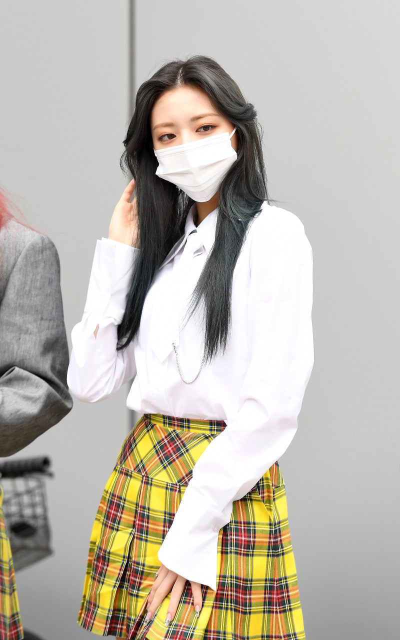210422 ITZY Yuna on their way to film Knowing Brothers documents 11