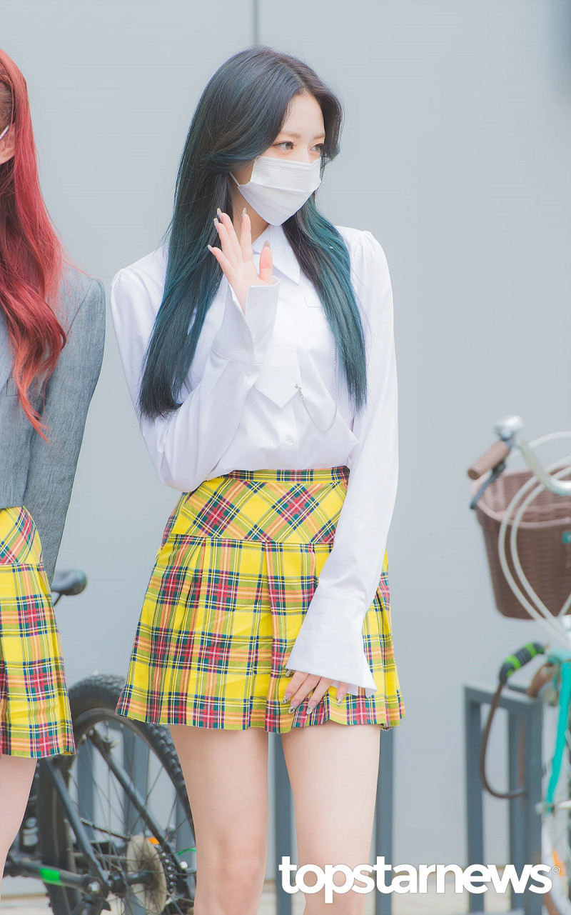 210422 ITZY Yuna on the way to film Knowing Brothers documents 4