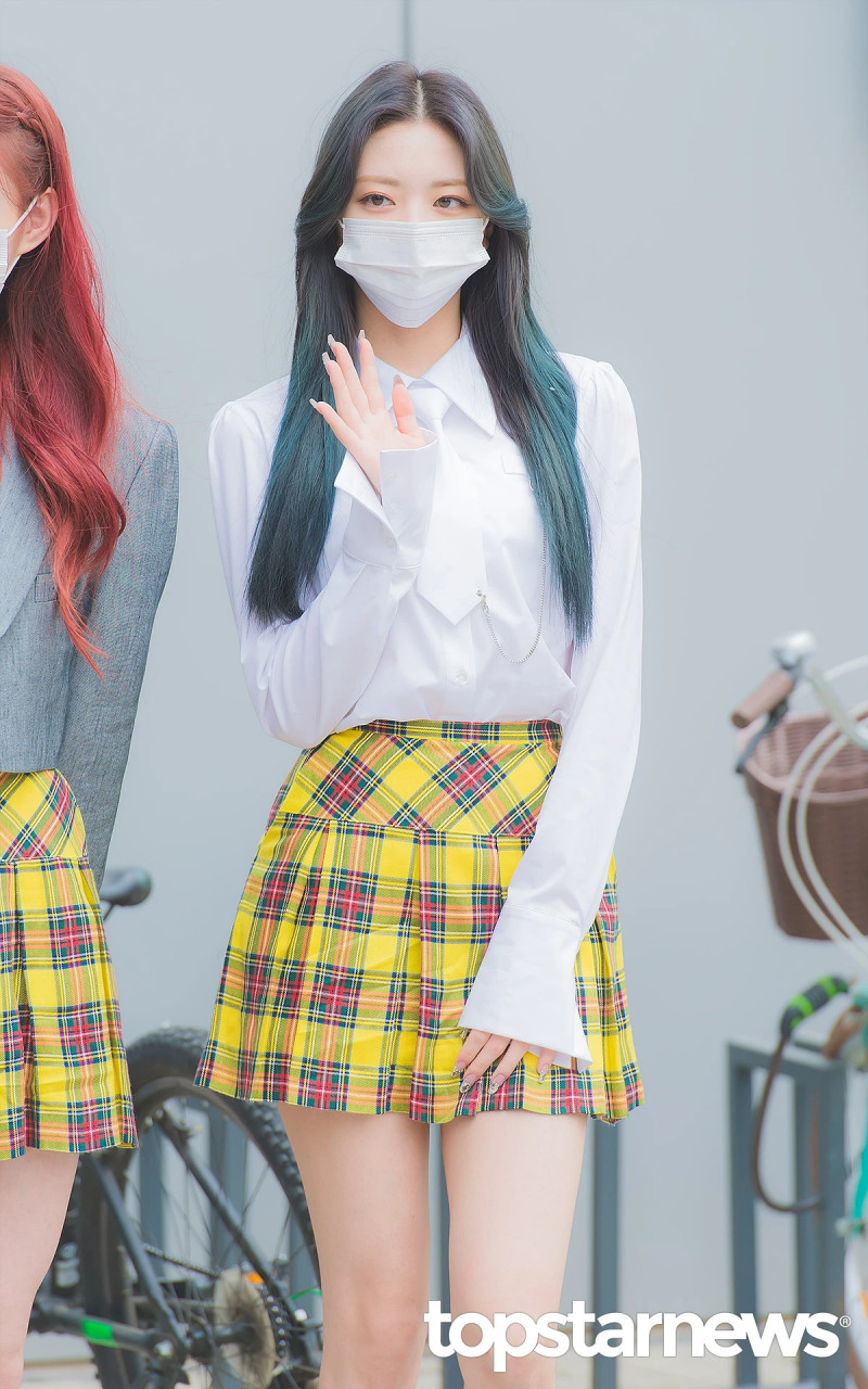 210422 ITZY Yuna on the way to film Knowing Brothers documents 2