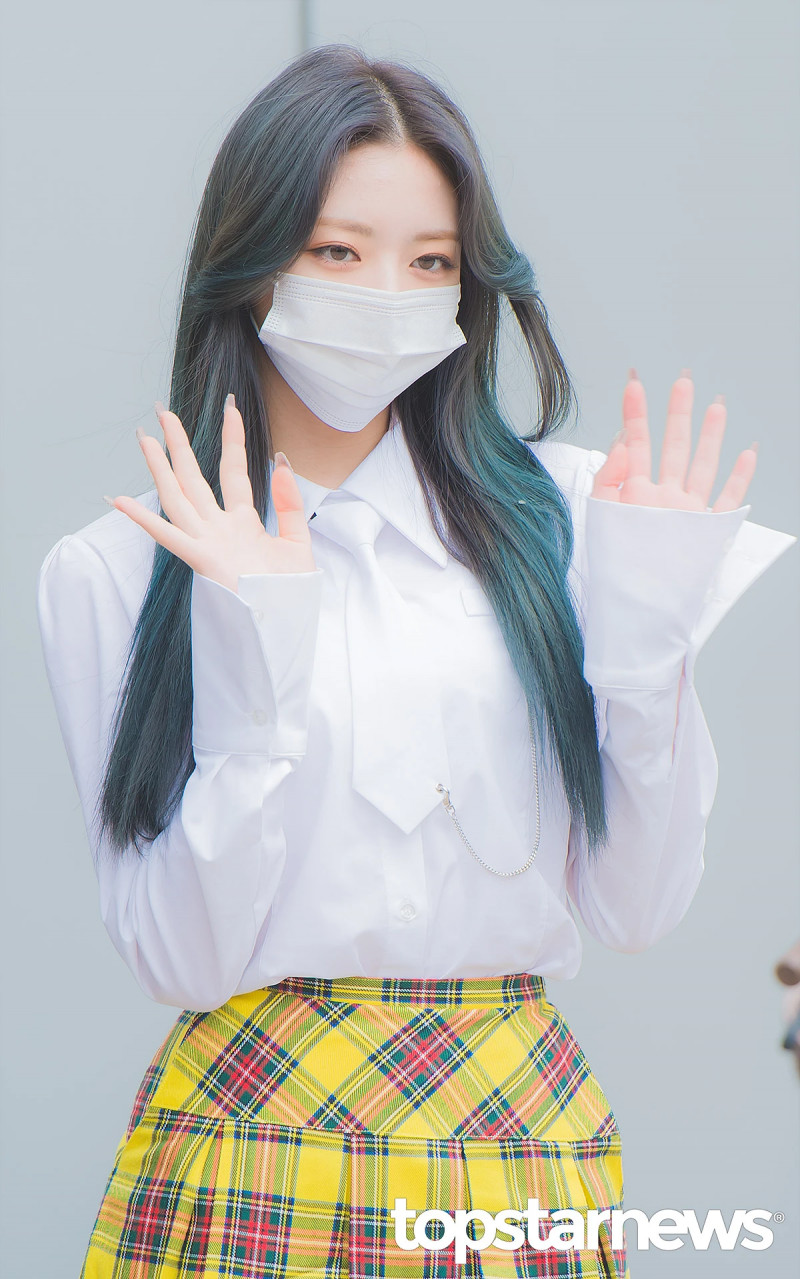 210422 ITZY Yuna on the way to film Knowing Brothers documents 11