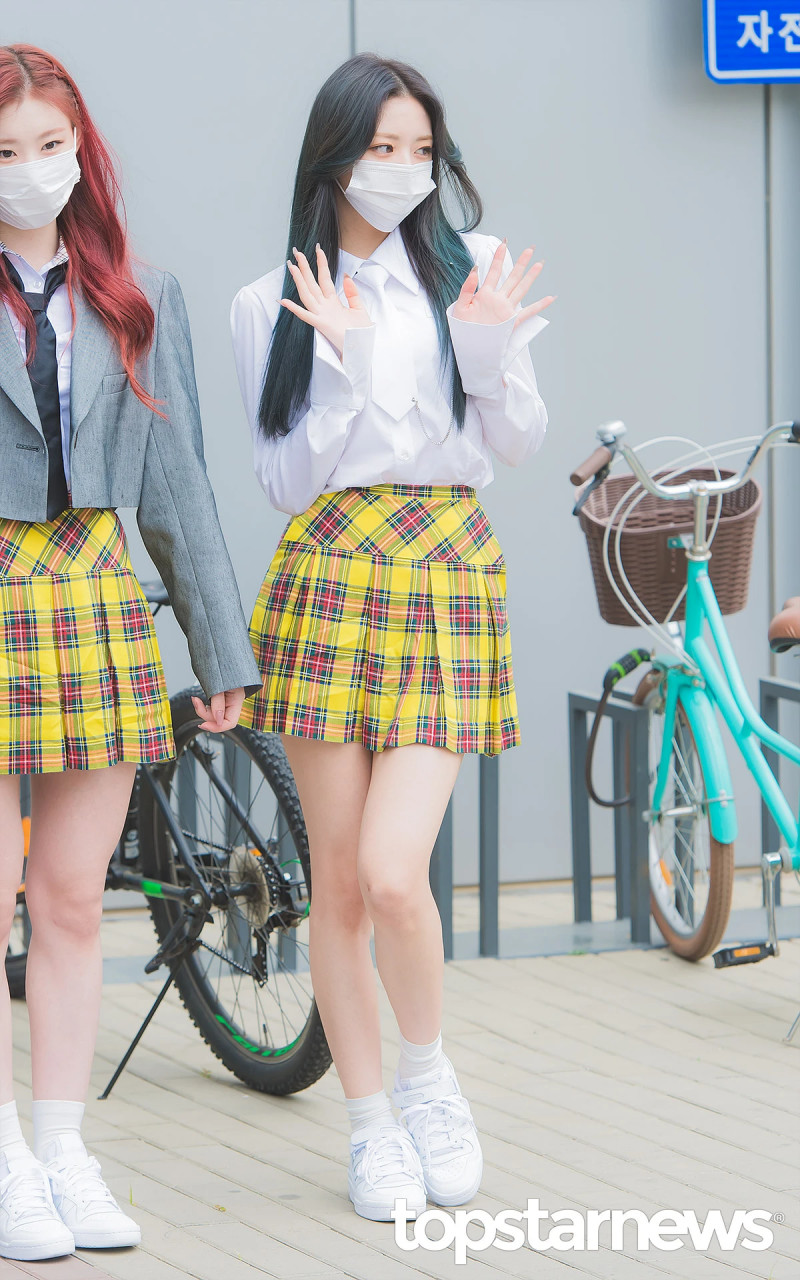 210422 ITZY Yuna on the way to film Knowing Brothers documents 8