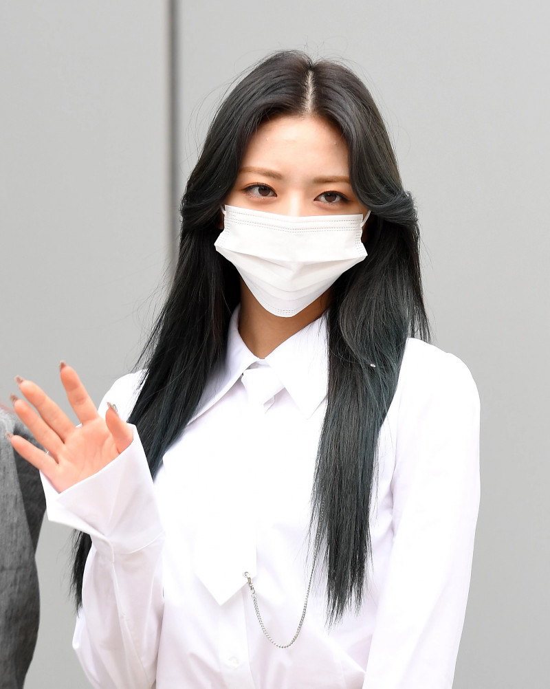 210422 ITZY Yuna on their way to film Knowing Brothers documents 10