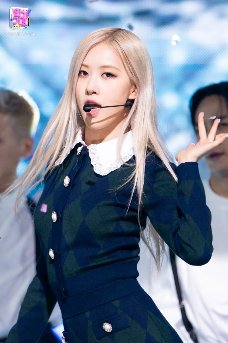 210404 Rosé - 'On The Ground' at Inkigayo documents 6