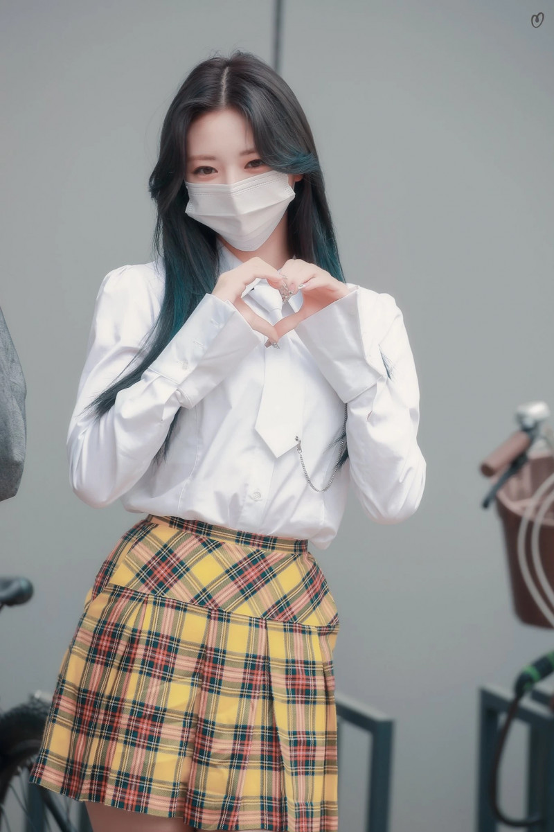 210422 ITZY Yuna on their way to film Knowing Brothers documents 1