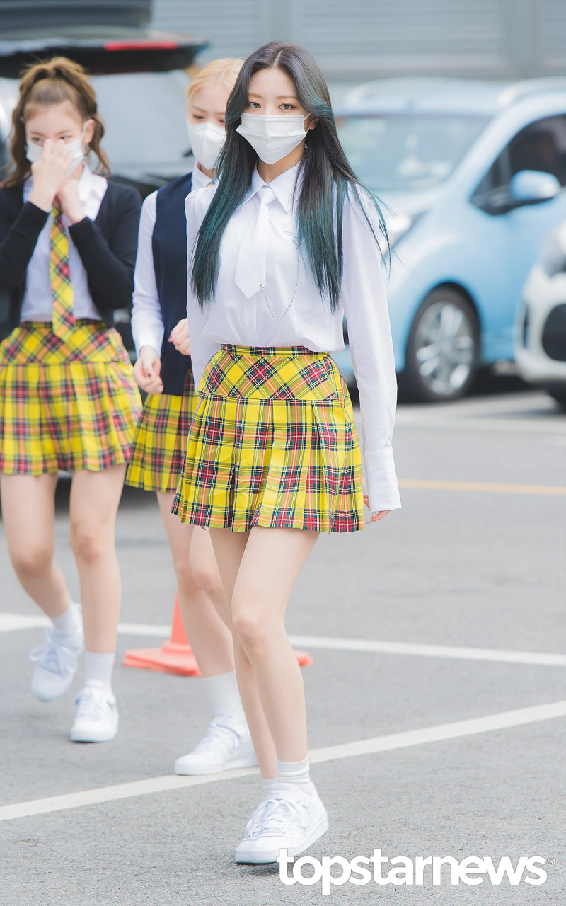 210422 ITZY Yuna on the way to film Knowing Brothers documents 6