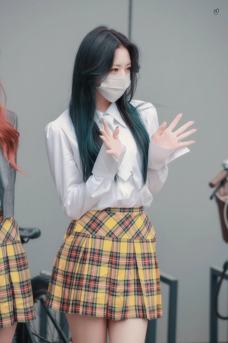 210422 ITZY Yuna on their way to film Knowing Brothers documents 4