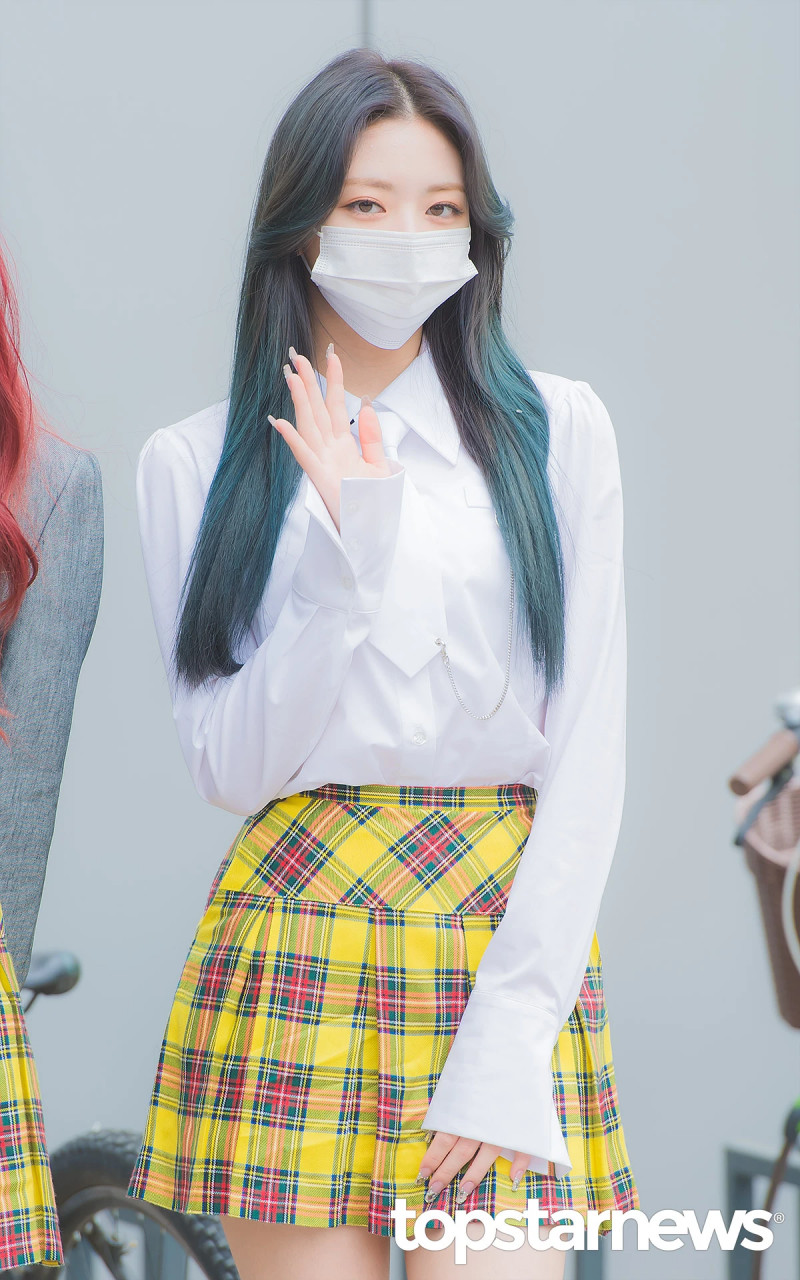 210422 ITZY Yuna on the way to film Knowing Brothers documents 3