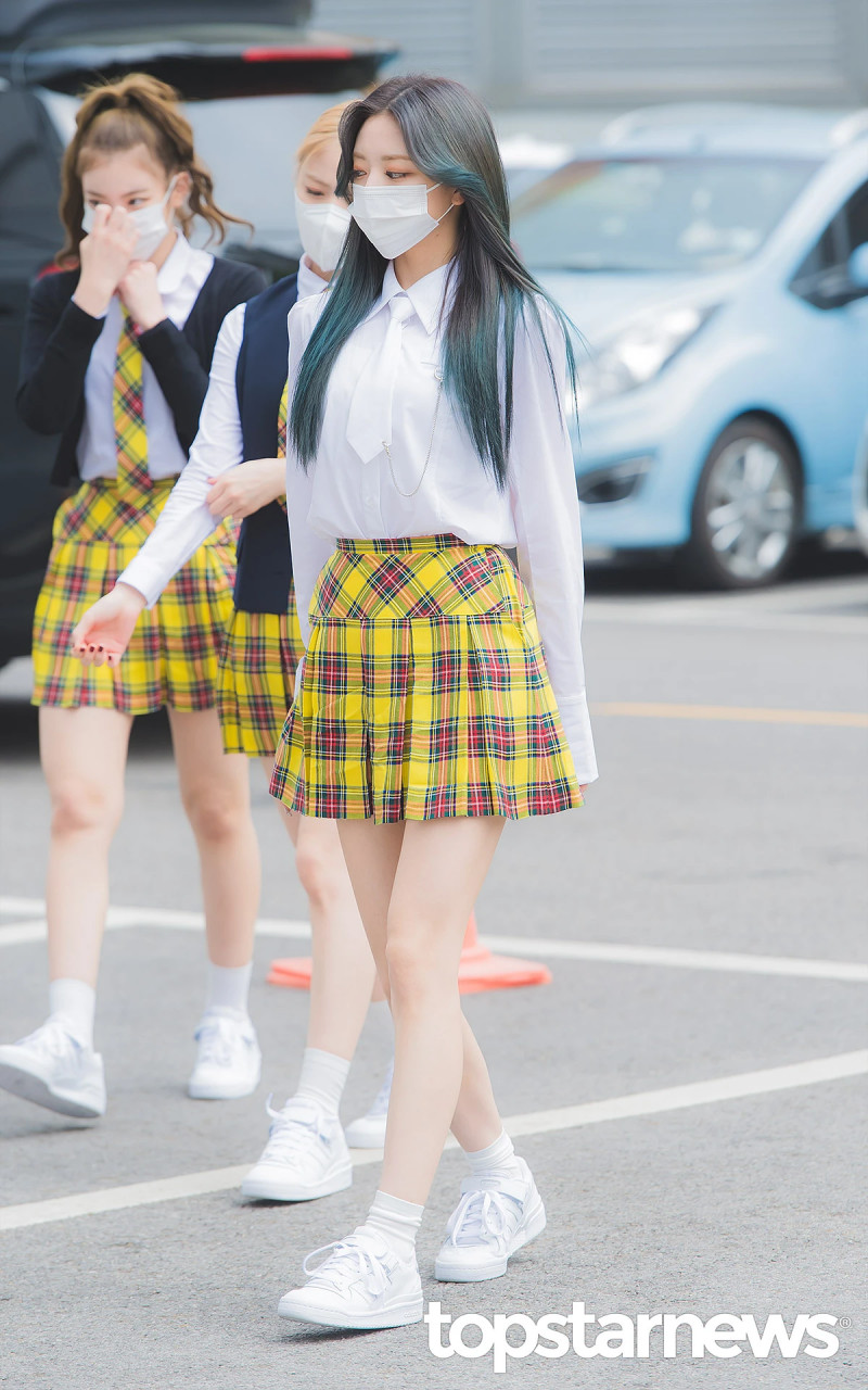 210422 ITZY Yuna on the way to film Knowing Brothers documents 5
