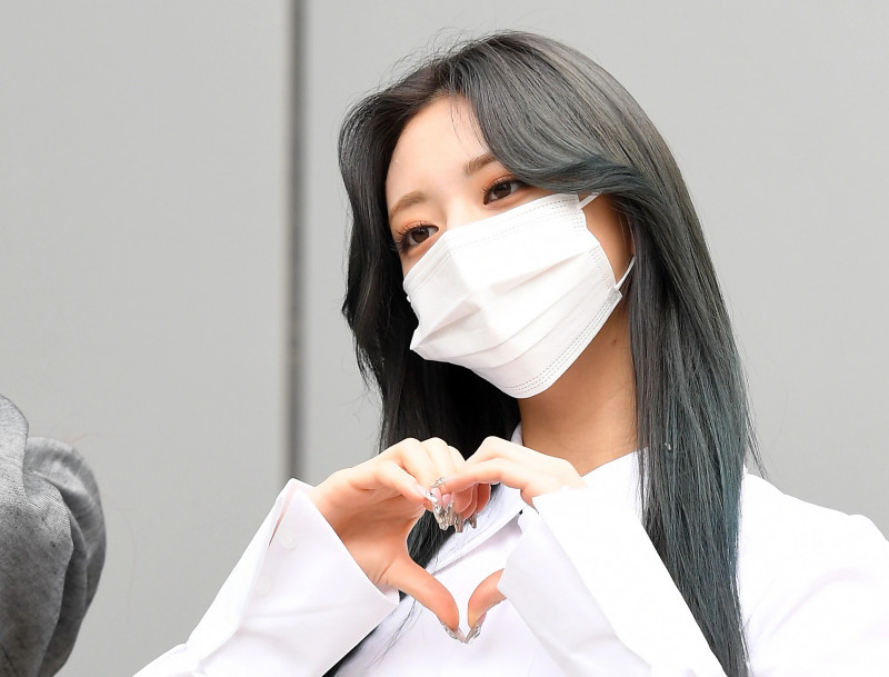 210422 ITZY Yuna on their way to film Knowing Brothers documents 14