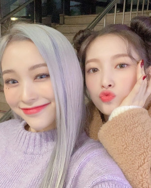 210220 OH MY GIRL Arin Instagram Update with Dreamcatcher Gahyeon
