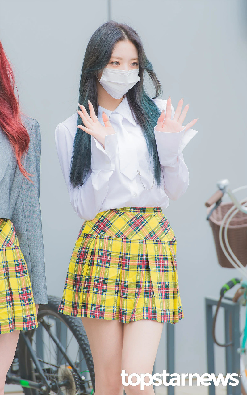 210422 ITZY Yuna on the way to film Knowing Brothers documents 9