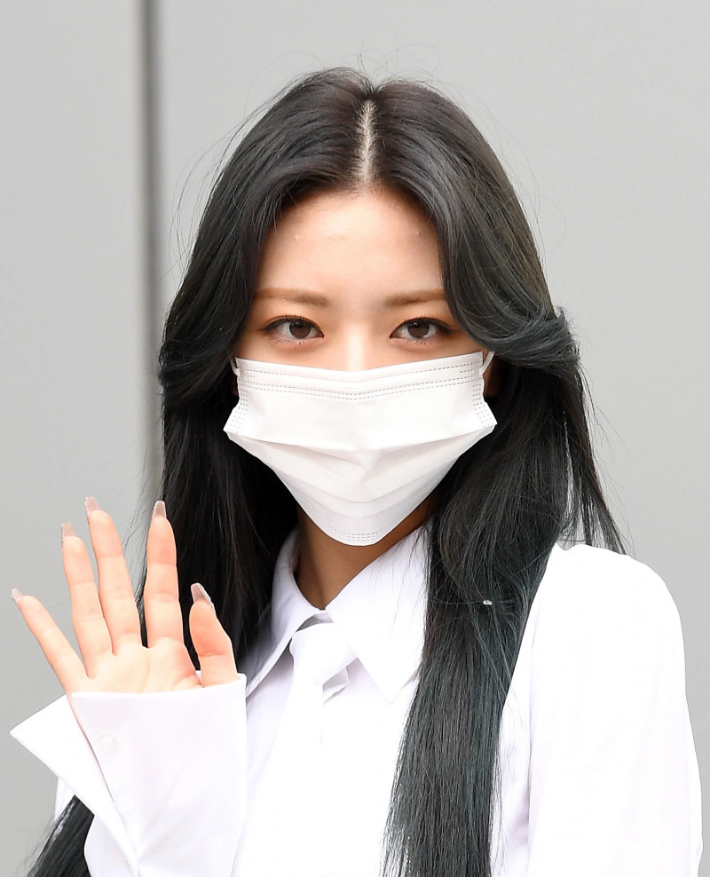 210422 ITZY Yuna on their way to film Knowing Brothers documents 9